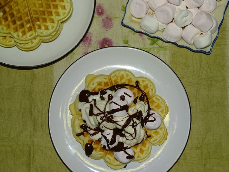 waffles-with-vanilla-ice-cream-marshmallows-choc-sauce-1